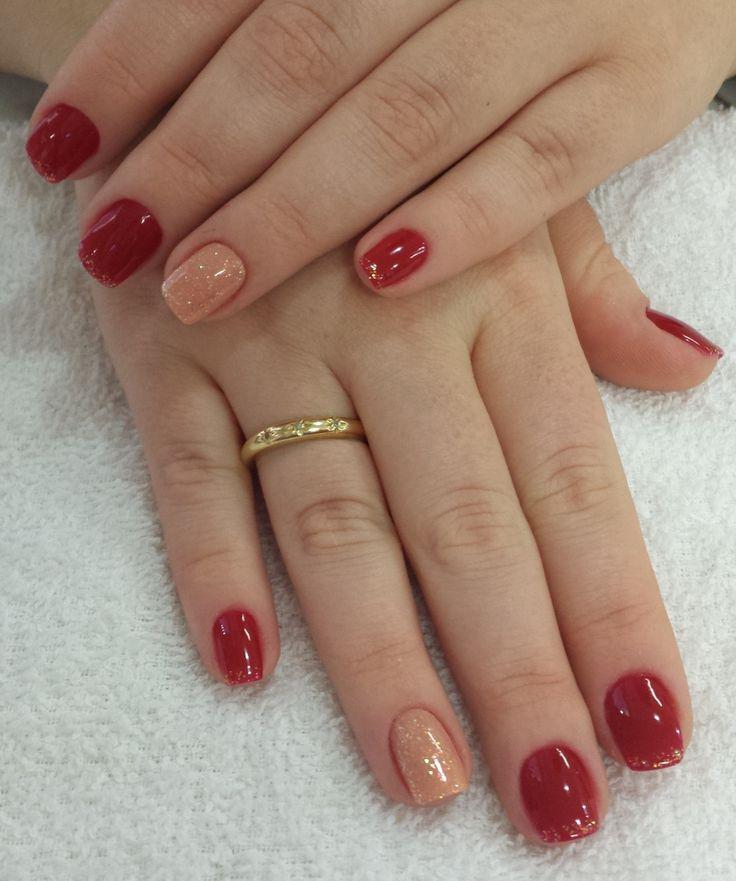 O dourado fica perfeito com o vermelho. Aposte nessa bela combinação!!! Os melhores produtos para suas unhas, você encontra aqui: www.lojadeesmaltes.com.br