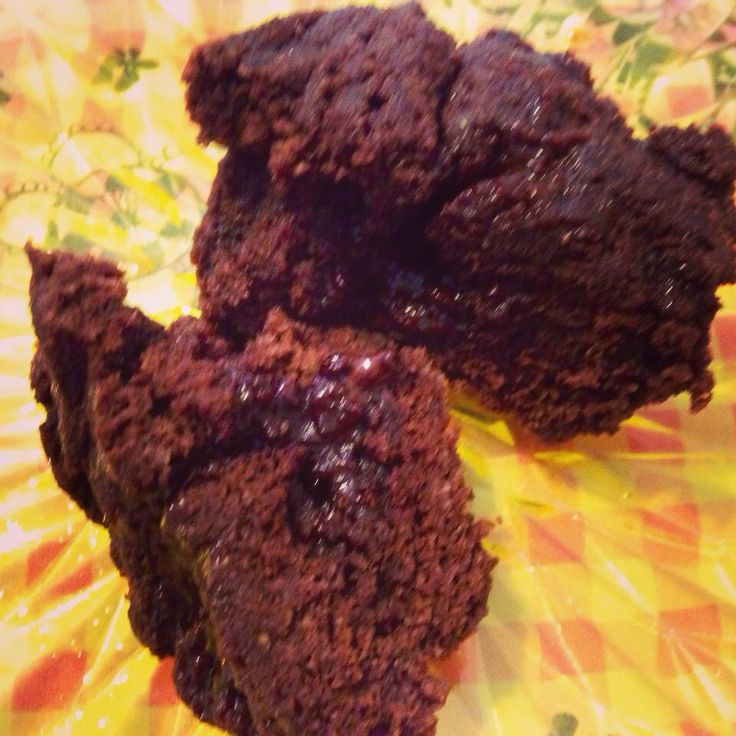 Chokoladekage i kop. 1 æg. 1 spsk kokosolie, 1 spsk kokosmel, 1 spsk kakao, sødning, 1 stk mørk chokolade: 1 1/2 min i micro.