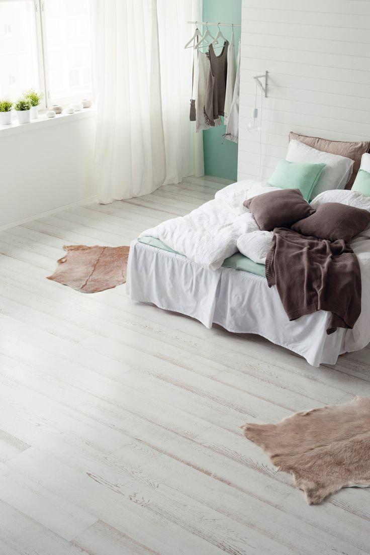 Parchetul triplustratificat din lemn de stejar Shoreline White este indicat pentru interioare minimaliste sau cu influente vintage. Lemnul este baituit si finisat cu lac si te seduce prin simplitate si eleganta.
