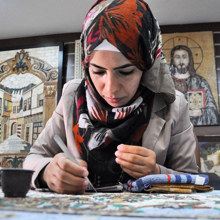 @visitjordan restiamo incantati dall'arte dei mosaici sul Monte Nebo #shareyourjordan  precisione e pazienza sono parte del segreto di queste opere realizzate dalle donne che ne riproducono prima il disegno su carta e poi incollano i frammenti di roccia con una colla composta da acqua e farina. #gojordan