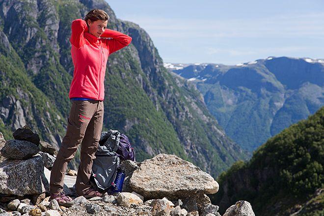 Ein wärmendes Fleece ebenso wie eine leichte Regenjacke sollte man beim Wandern immer dabei haben, da das Wetter im Gebirge schnell umschlagen kann. | Foto: Bergans