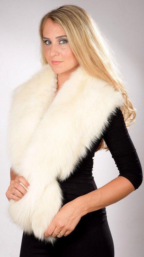 Lussuoso collo in pelliccia in autentica volpe dal colore bianco-crema naturale. Amifur.it offre anche accessori in vera pelliccia ideali per spose e matrimoni d'inverno.  www.amifur.it
