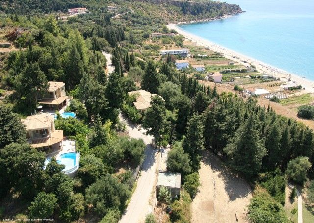 The area has a number of excellent beaches, often with a choice of tavernas or bars right on the water's edge, ranging from Lourdas' own to neighbouring Kanali and Trapezaki.