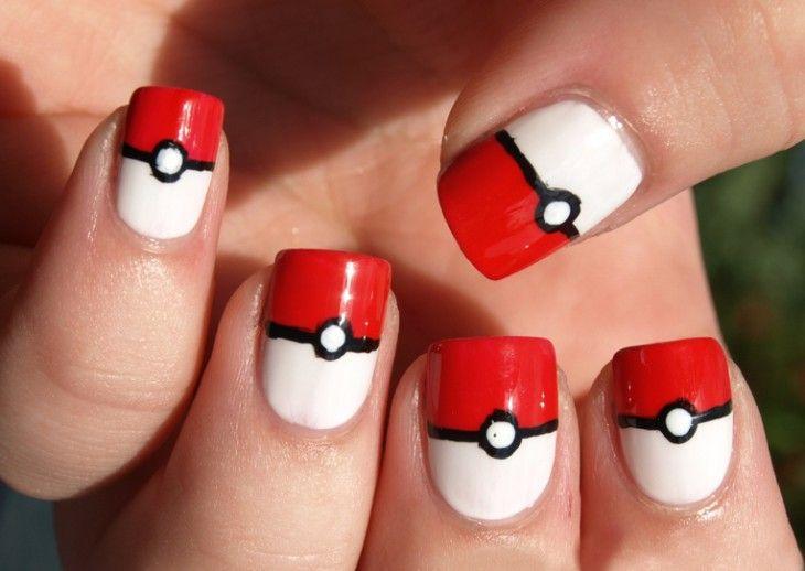 uñas pintadas como una pokebola de la caricatura de pokemon