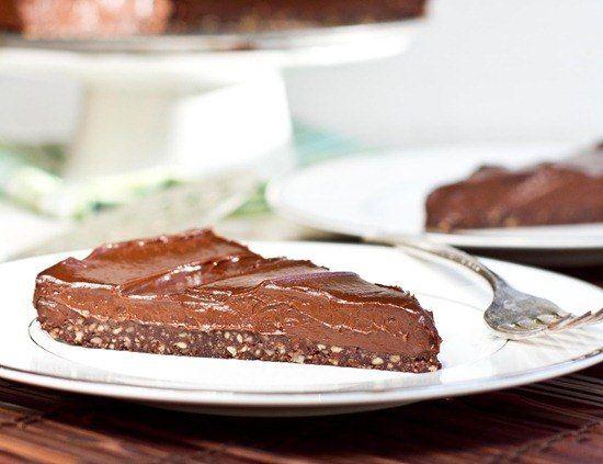 Шоколадный торт  Ингредиенты: Для теста: • 2 чашки орехов пекан • 1/4 чашки какао-порошка • 2 ст. л кокосового масла • 1/4 стакана кленового сиропа • 1 ч. л ванильного экстракта • 1/2 ч. л соли Для шоколадного мусса: • 2 чашки авокадо • 1/3 чашки молока • 2/3 чашки кленового сиропа • 1 ст. л арахисового масла • 1/4 ч.л соли • 1 ч.л ванильного экстракта • 1 чашка + 2 ст. л растопленного шоколада • 1/4 чашки какао-порошка