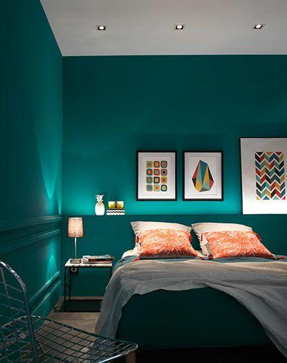 Dans la chambre, on mise sur l'éclairage indirect. Ici la tête de lit fabriquée sur mesure est habillée d'un ruban led qui donne une ambiance cosy à la pièce. Effet garanti !