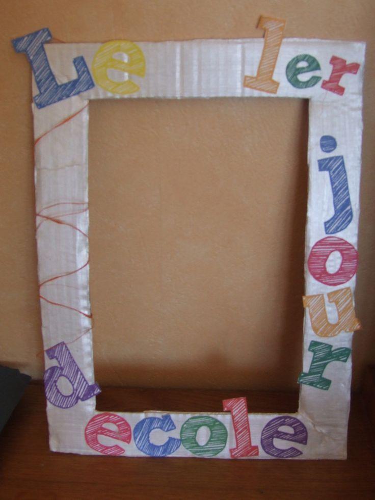 J'ai fabriqué un cadre pour la rentrée des classes! Je prends toujours mes élèves en photos à la rentrée mais cette fois ce sera plus fun et plus joli.Avec du carton, de la peinture et les quelques lettres que j'ai trouvé ICI (chez lutine) Qu'en pensez...