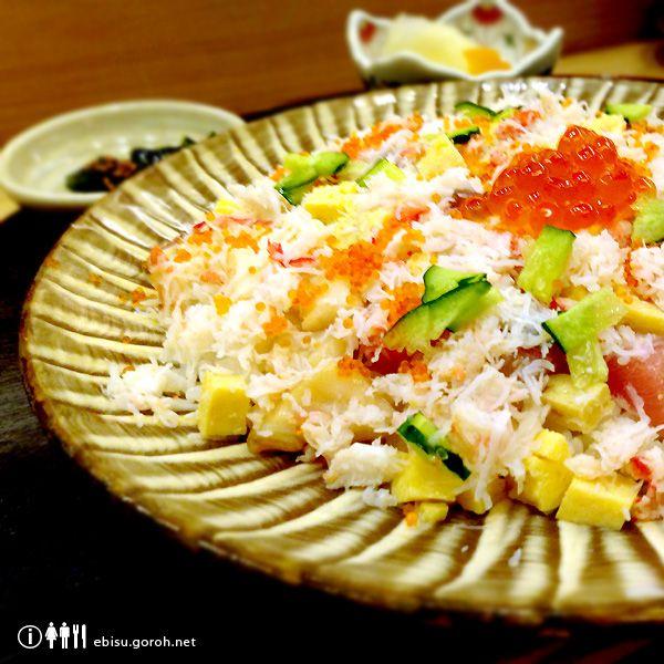 恵比寿でお昼からお寿司を食べられるお寿司屋さんは、八兵衛、びっくり寿司やちいさな回転寿司やさんなどいくつかありますが、こちら「鮨やまざき」のばらちらしもおすすめです。 こちらがそのばらちらし。 その日のネタがたっぷりのカニのほぐし身といっしょに散らしてあって、頂にいくらが鎮座しています。ちなみに一日10食限定で1,000円なり。 夜は5,000~10,000円くらいとそれなりのお値段のお寿司屋さんですが、お昼のちらし寿司、にぎり寿司は1,000円から。これまたちなみに、にぎりは「雪、雲、月」の3種類で、それぞれ1,000円、2,000円、3,000円。こちらが「雪」の写真です。 正直なところ、夜はコストパフォーマンス的な面でボクの感覚とはちょっとズレている感があるのであまり利用することはありませんが(あくまでボクの感覚です)、お昼はアリです。内装もちゃんとお寿司屋さんなので、例えば取引先との会食ランチ、接待ランチなどに使うのもいいんじゃないでしょうか。 やまざきへは、恵比寿駅西口からあるいて3分ほど。 ビルの2階にあるのでちょっとわかりづらいですが、1階に真っ赤な看板...