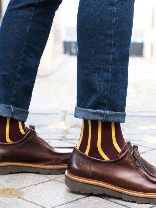 Calcetín de algodón en color burdeos, con un diseño de rayas en color mostaza. Cuentan con refuerzo en talón y punta, por lo que estarán como nuevos tras el uso y los lavados. www.soloio.com #socks#mensocks#calcetines#calcetinesparahombre#menstyle#menshoes#manoutfit#outfitdetails#shoponline#sockstyle#mentrends