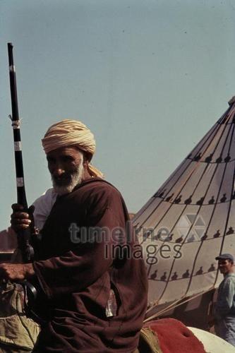 Fantasia in Temara, 1962 Czychowski/Timeline Images #1960 #60er #60s #Marokko #Morocco #Gewehr #Gewehre #Rifle #Reiter #Vorderlader #Reiterspiele