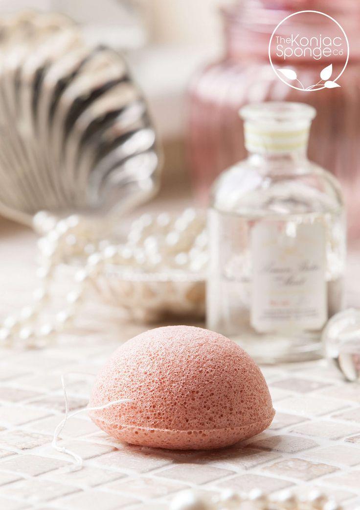 A világszerte népszerű Konjac Sponge gondolt azokra, akik sugárzó, élettel teli arcbőre vágynak. 100% tisztaságú konjak szivacsukhoz francia rózsaszín agyagot társítottak, mely különleges ápolást biztosít a bőrnek. Az agyag kíméletesen tisztítja és távolítja el az elhalt hámsejteket, értékes ásványi anyagai új energiával töltenek fel, nem véletlenül használják már évszázadok óta a különféle testkezeléseknél.