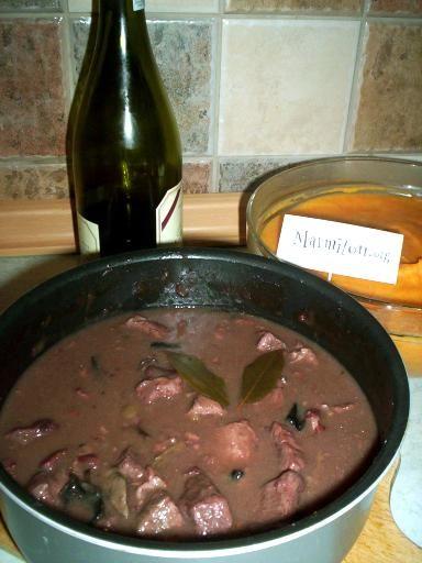 feuille de laurier, genièvre, vin rouge, farine, champignon, poitrine fumée, oignon, beurre, boeuf, bouillon de boeuf