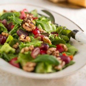 Pähkinäinen juhlasalaatti | Kevyt ja helppo vihersalaatti saa makua saksanpähkinöistä.