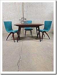 Als ik het goed begrijp, zijn er nog meer v die blauwe stoelen, maar niet stapelbaar...