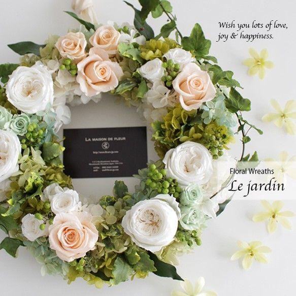パリの邸宅で咲き誇る花たちをイメージしてデザインしたプリザーブドフラワーのフローラルリースです。白のオールドローズやアクセントのピーチ色ローズ、グリーンのアジサイなどたっぷりのかわいらしい花たちとアイビーのつたがからまったナチュラルな風合いが特徴的。フランス語で「庭」を表す『Le jardin(ル・ジャルダン)』と名付けました。ホワイト&ピーチ色は清潔感があって爽やかな陽気を運んでくれる、そんな雰囲気のあるリースです。■-----------------------------------------------------------■ ご自宅用はもちろん、ご結婚祝いのプレゼントやご結婚式での贈呈花、ウエディング会場でのウエルカムリースとしてもおすすめです。■-----------------------------------------------------------■★作品本体サイズ 高さ約28cm×幅約28cm★ラッピングサービスについて Le…