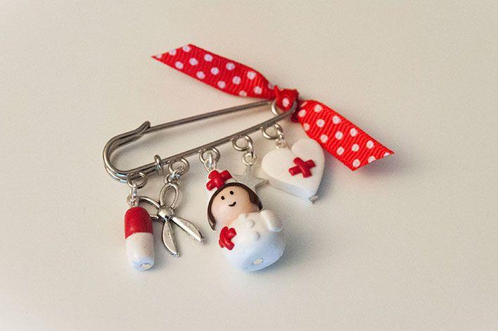 Broche infirmiere fait main en pâte fimo, pour toutes les infirmières ou personnels hospitaliers.