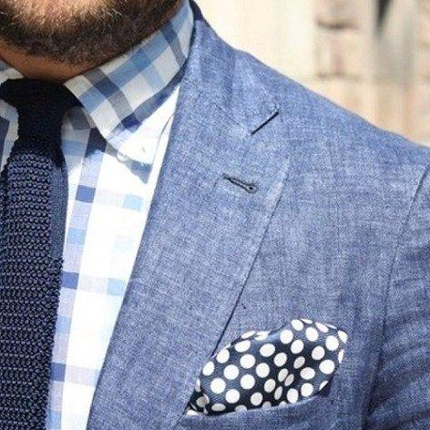 チェックシャツとブルーニットタイ