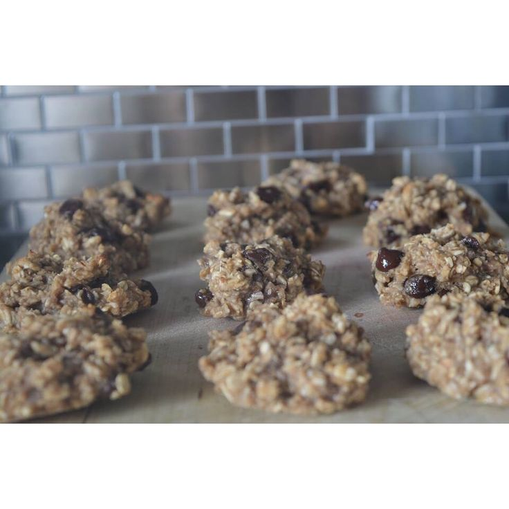 These may be the easiest and most delicious Banana Chocolate Chip Cookies I have ever tasted! They only have 6 ingredients and I can't wait to experiment with different dried fruits, seeds and nuts. These little guys have tons of potential! Not to mention they are gluten free and refined sugar free. Recipe is up on my website! ...