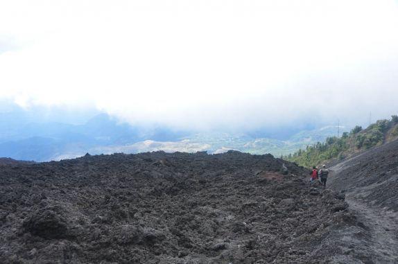 Descendo do vulcão Pacaya, próximo à Antigua, na Guatemala