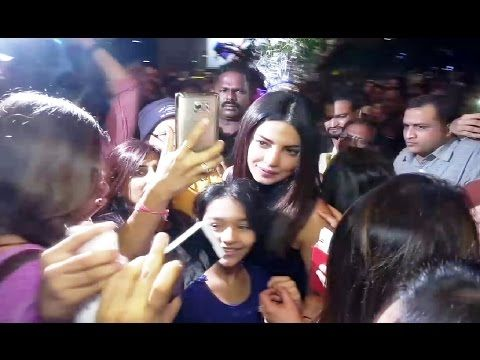 OMG ! Priyanka Chopra BADLY MOBBED by fans for a SELFIE at Mumbai airport.
