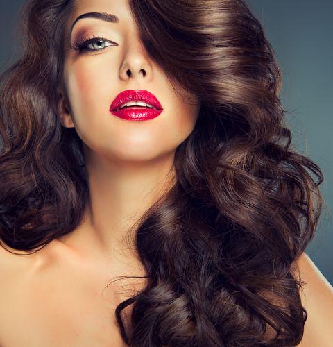 Salut les filles! Vous souhaitez des astuces pour réaliser des coiffures simples? Voici quelques conseils souvent inconnus mais qui fonctionnent à moindre coût.  1. Ondulation wavy: effet mer  Enroulez vos cheveux en une queue de cheval torsadée. Passez-le …