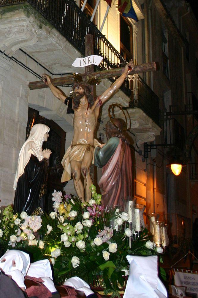 """Uno de los actos con los que concluye el ciclo litúrgico el Domingo de Resurrección por la madrugada es la procesión """"dels Xiulitets"""" o el Santo Encuentro. #Alcoy #Alcoi #SemanaSanta"""