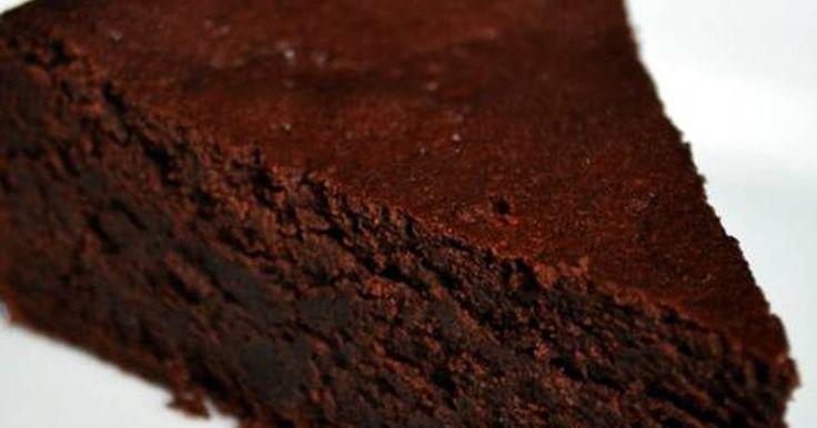 Tarta de chocolate apta para diabéticos y sin harina.  Ingredientes 2huevos XL/L 65 gchocolate negro sin azúcar 60 gmantequilla 2 cucharadascacao en polvo 0% y desgrasado (valor) 2 cucharadasedulcorante Pizcasal Extracto de vainilla