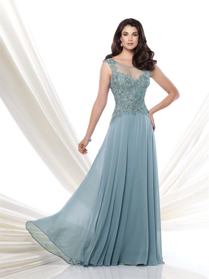 Prachtige lichtblauwe lange jurk van chiffon met top van kant. Voorzijde.