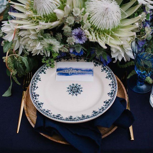 Détail du shooting d'inspiration indigo photographié par @alex.tome sur lequel j'ai assisté @evenyouevents   Marque place : @le.heron   Assiette : @vaissellevintage   Shooting complet à retrouver sur @unbeaujour •  #mariage #decoration #indigo #wedding #table #flowers #fleurs #papeterie #paris #blue #tableware #vaisselle #bleu #inspirationshoot #shootingmariage #blanc #deco #scenography #scenographie #weddingdesigner #eventdesign #dore #couvert