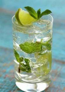 Dans un verre, versez le jus de citron, le sucre et les feuilles de menthe écrasées. Mélange...