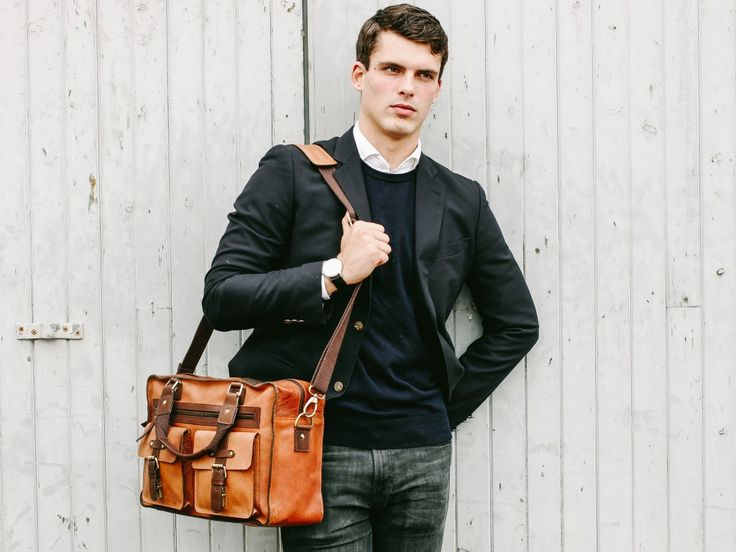 This antique flight bag is a bag that has a perfect blend of vintage style and modern practicality. #travelbag #flightbag #leather #leatherbag #menstyle #vintage