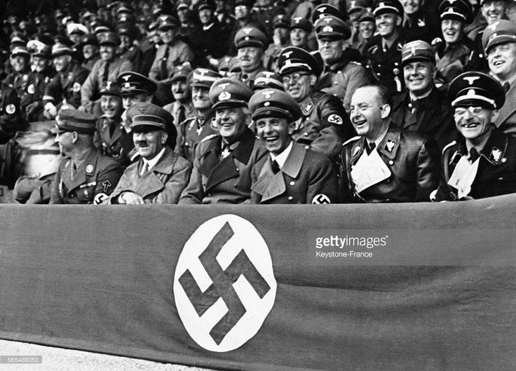 Adolf Hitler entouré de Joseph Goebbels, de Werner von Blomberg, de Viktor Lutze, du Dr Dietrich et de Fiehler assiste en riant à une compétition au stade le 11 septembre 1937 à Munich, Allemagne.
