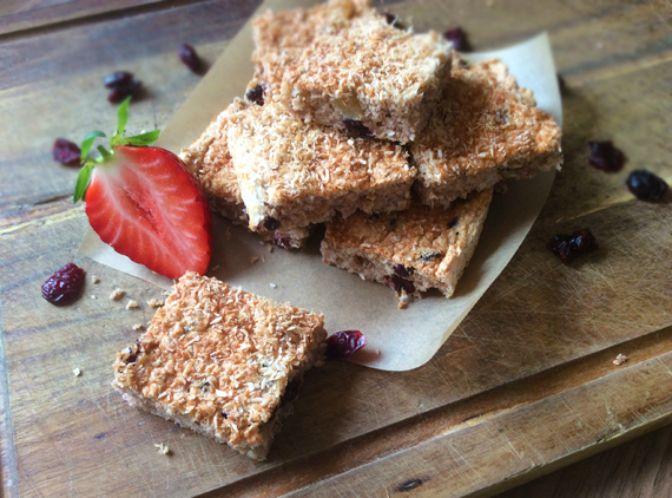 RAŇAJKOVÝ KOKOSOVO-OVSENÝ MÚČNIK ZA 15.MINUT                  Rýchly ajednoduchý koláčik výborný na raňajky, desiatu aj poobede ku kávičke. Navyše si ho môžeš prispôsobiť podľa chuti na tisíc spôsobov – namiesto brusníc môžeš použiť hrozienka, oriešky, kúsky čokolády alebo čerstvé bobuľové ovocie. Hocičo, čo máš po ruke. A na raňajky odporúčampodávať, napríklad aj sgréckym jogurtom ačerstvým ovocím. Vyskúšaj sama :-). Čo budeme potrebovať… Continue reading →