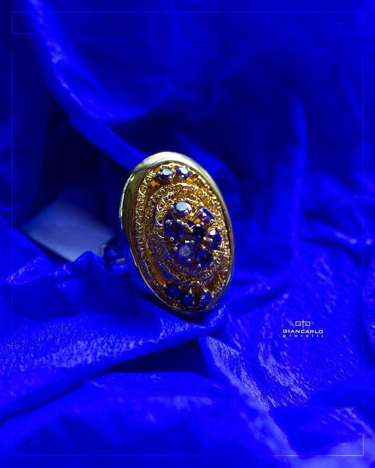 Если Вам нравятся яркие эксклюзивные украшения то это кольцо из желтого золота украшенное аметистами точно не оставит Вас равнодушными! Чарующая игра цвета завораживает и притягивает внимание а затейливая композиция создана таким образом чтобы подчеркнуть неповторимый фиолетовый оттенок и красоту камня!  Желтое золото вес - 125 гр. проба -  750  #jewelry #diamonds #ring #necklace #pendant #bracelet #earrings #beauty #women #giancarlogioielli #vscogood #vscobaku #vscocam #vscobaku…