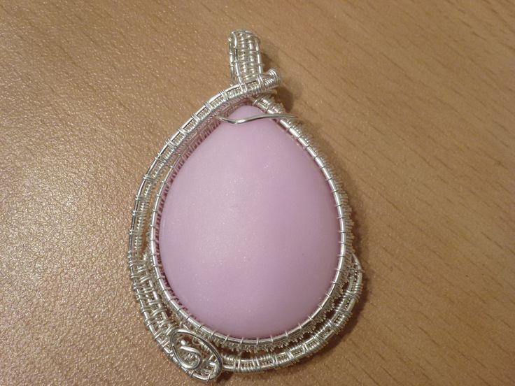 pendentif enroulage de fils métalliques sur un cabochon en fimo effet quartz rose