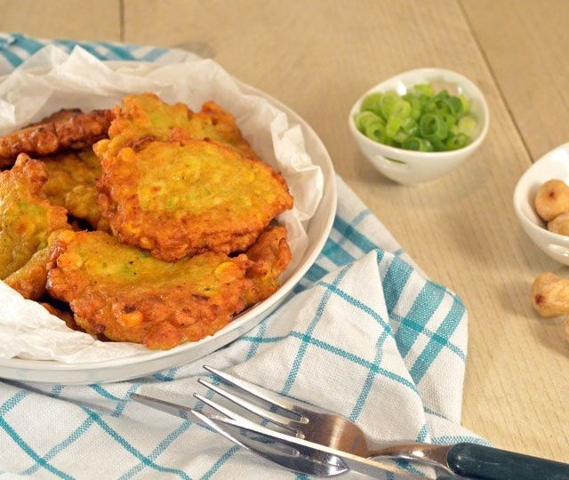 Indonesische Maiskoekjes - Frikadel Djagoeng. Vrijwel iedereen zal deze heerlijke groentenkoekjes lekker vinden.