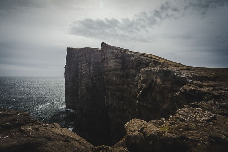 Ganz oben an der Klippe von Trælanípan befindet sich ein typischer Fotospot, an dem man traditionell ein Bild davon macht wie die Beine in den Abgrund baumeln