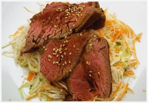 Rindslungenbraten mit Reisnudelsalat & Teriyakisauce | roast beef with rice noodle salad & teriyaki sauce