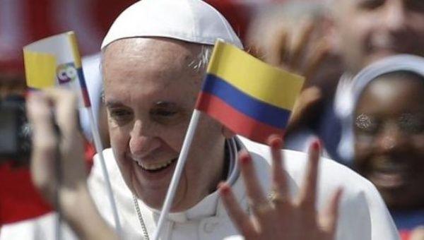 """Colombia es muy importante para la Religion Catolica.  El Papa Francisco planea visitar Colombia en el 2017. """"Nosotros (la Iglesia) siempre estamos dispuestos a ayudar para que se firme el proceso de paz en Colombia"""", dijo el Papa después de su gira por Latinoamérica."""