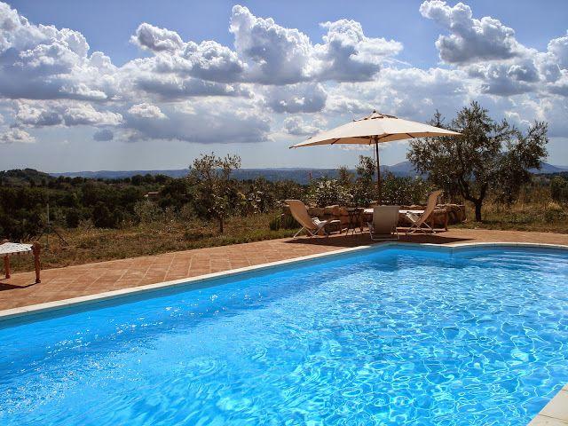 ITALIE - bij Rome - Deze grote vrijstaande villa ligt in de Sabijnse heuvels op een landgoed van 3,5 hectare met een prive zwembad en mooi poolhouse. Er zijn 4 slaapkamers en 3 badkamers dus ruimte zat voor 8 personen.   http://www.mrsnomad.nl/accommodaties/126-villa-bij-rome-italie/