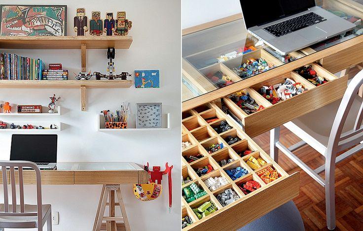 A escrivaninha de Gabriel, 8 anos, é também lugar de brincar. O tampo de vidro revela as gavetas com divisórias, perfeitas para guardar miudezas, como as peças de Lego. Prateleiras organizam objetos maiores. Projeto da arquiteta Leila Bittencourt