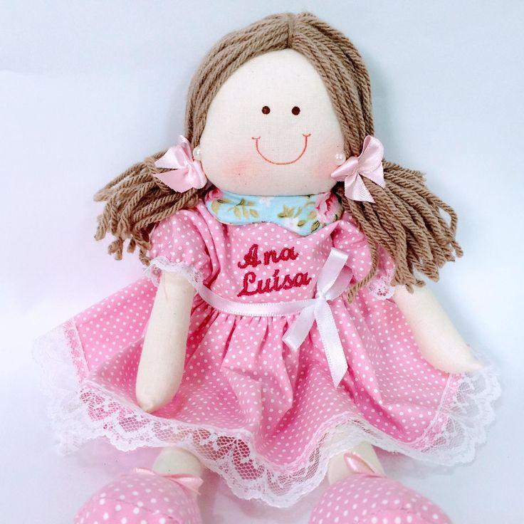 Boneca de pano para brincar ou decorar. Pode ser princesa, camponesa, com cabelos soltos, trancinhas, conforme seu gosto. Tecido 100% algodão com as estampas a escolher. Verificar as opções pronta entrega. Tamanho aproximado da boneca em pé de 30 cm.