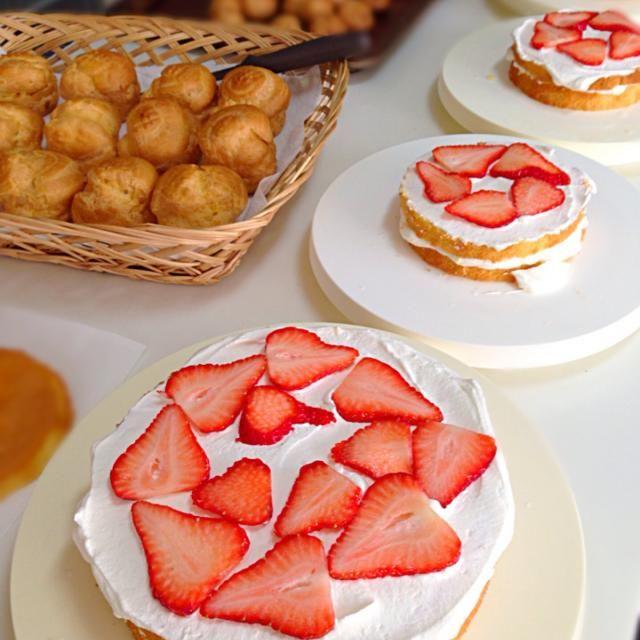 久しぶりにイチゴのショートケーキを頼まれたので、ついでにうちの分とプレゼント用に小さいのを2台。 4台一度にナッペ久しぶりo(^▽^)o - 34件のもぐもぐ - イチゴのショートケーキ 製作途中 by Mika