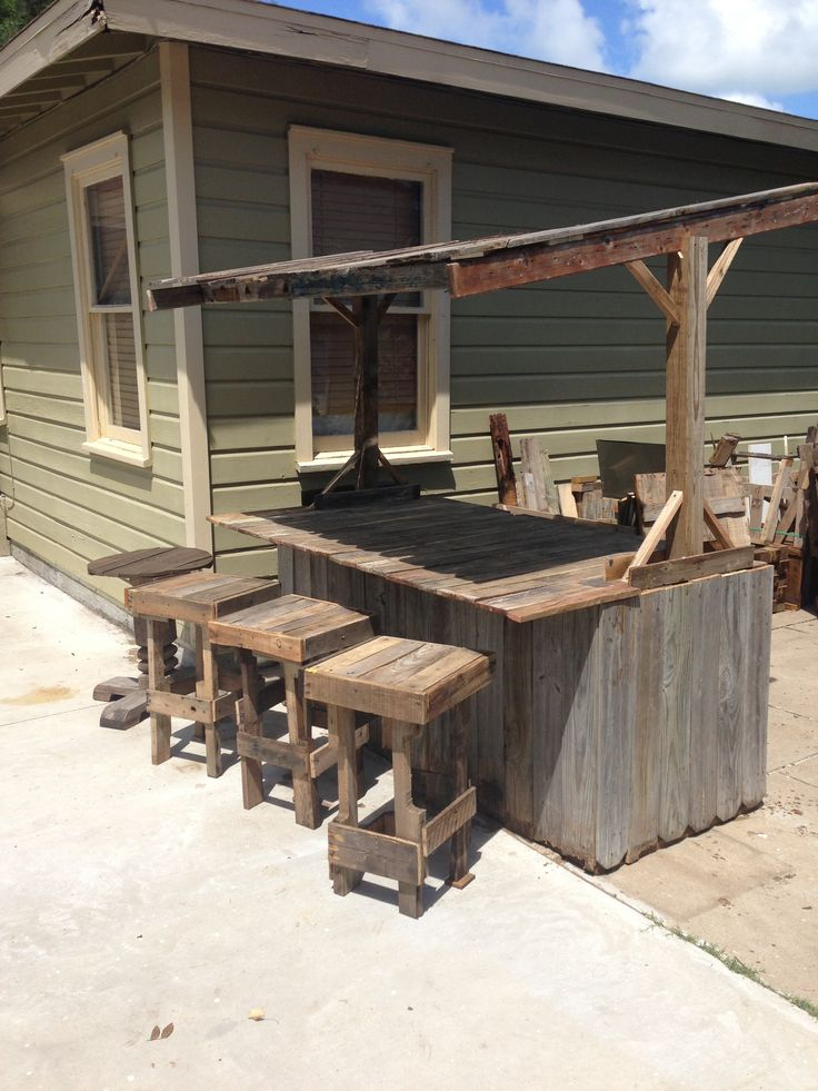 Wood fence bar and pallet stools outdoor living for Wood outdoor bar ideas