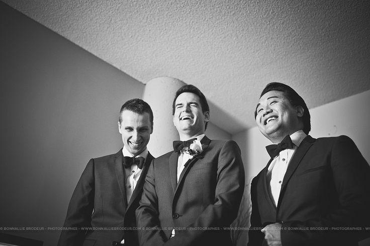 Marié et garçon d'honneur, veston, suit, best men, Mariage bleu à l'auberge des Gallant Photographe de mariage haut de gamme / Fine Art Wedding photographer à  Montréal et International - Bon...