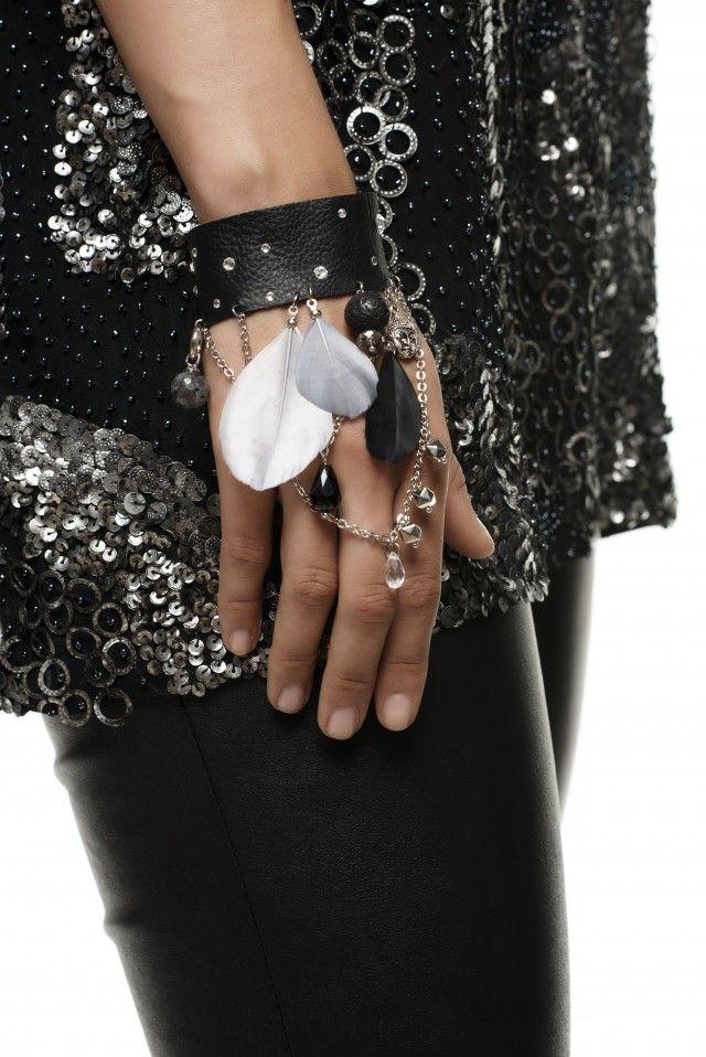 Superkult armbånd i skinn, med fjær og nagler.