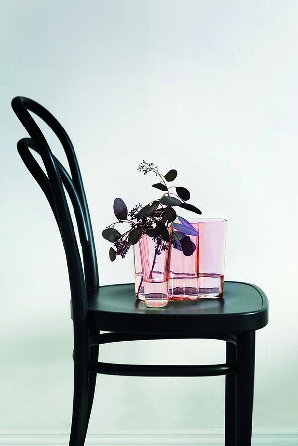 """Der finnische Designer Alvar Aalto entwarf die Vase erstmals 1936 unter dem Projekttitel """"Lederhose einer Eskimofrau""""."""