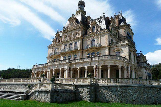 Château de Céret, France  (le propriétaire des papiers à cigarettes Job avait 3 filles: un château pour chacune.
