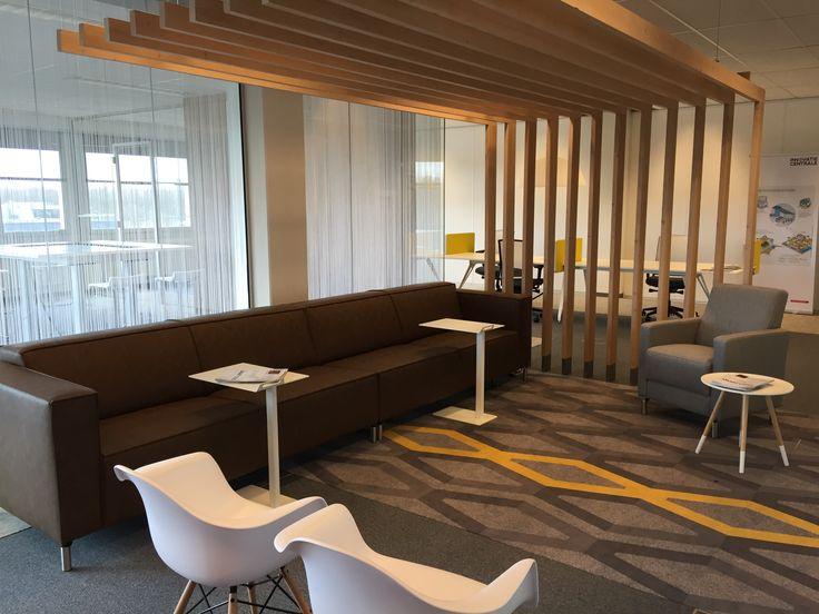 Innovatiecentrale. Innovatieve ideeën creëren en uit wisselen vraagt om een inspirerende omgeving. In de Innovatiecentrale op de Automotive Campus hebben we zo'n ruimte gecreëerd. Een ruimte met verschillende uitdagende zit-, werk- en overlegplekken. Ontspannen informeel werken in een zithoek; de Dropbox, De ruimte is afgescheiden dmv een verlaagd plafond wat overgaat in een houten lattenwand. Een carpet zorgt dat het meubilair niet los in de ruimte staat.
