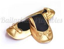 Bailarinas Plegables Doradas, un #must en los eventos más selectos. Cambia de tacones a bailarinas con total comodidad y sin perder estilo. Un toque Gold para tus looks de fiesta.